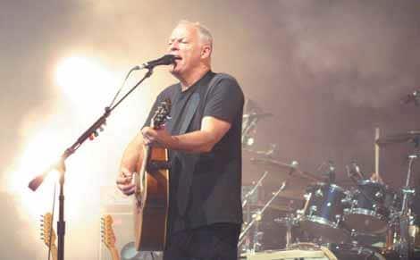 David Gilmour mit Gitarre auf der Bühne