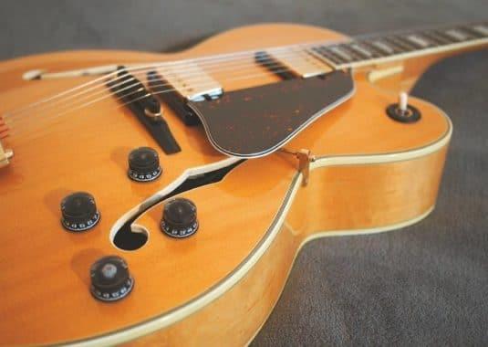 Der Körper einer Archtop Gitarre
