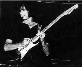 Der junge Richie Blackmore mit seiner E-Gitarre, der Fender Stratocaster.