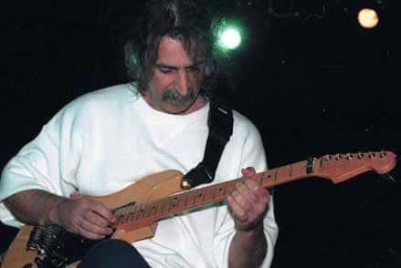Frank Zappa mit Gitarre