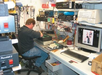 Im Messraum ist der Mitarbeiter Uwe bei der Inbetriebnahme eines Powerball.