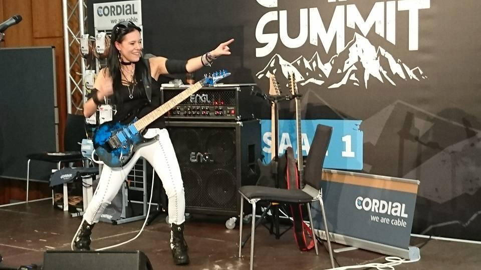 Gitarristin von Evanescence auf dem Guitar Summit 2017