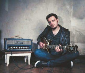Gitarrist Martin Miller mit einer Ibanez-Gitarre