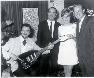Links Dick Denney und in der Mitte Thomas W. Jennings präsentieren die neue Vox-Mark-III-Serie.