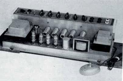 Das Chassis des ersten AC30 mit der Reihe EL-84 Endröhren und der großen GZ34- Gleichrichter-Röhre.
