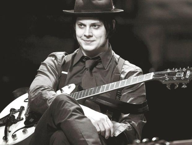 Jack White mit seiner Gitarre