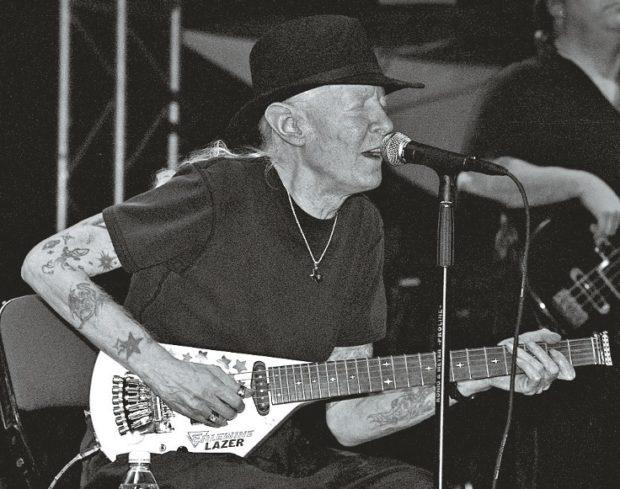 Johnny Winter mit Gitarre