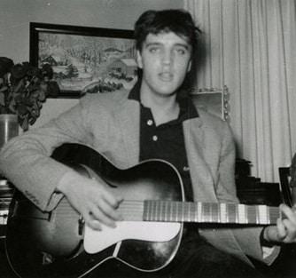 Elvis mit Framus-Gitarre