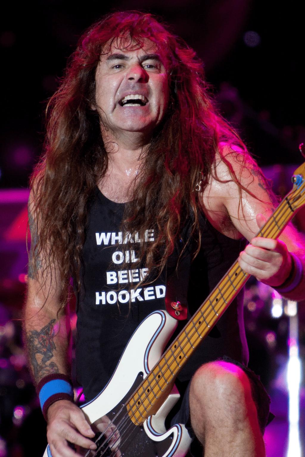 Steve Harris mit Fender Precision auf der Bühne
