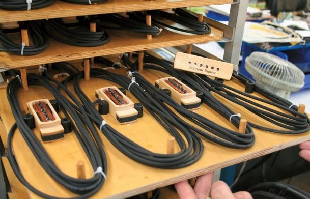 Seymour Duncan Woody Schallloch-Pickups im Seymour Duncan-Werk. Gut zu sehen ist die interne Magnetspule.