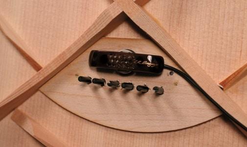 Das LR Baggs Lyric Mikrofon wird an der Innenseite der Decke an die Bridge-Plate montiert.
