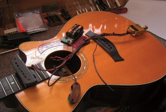 Dieses Custom-System besteht aus einem Seymour Duncan MagMic und D-Tar Timberline Pickups.