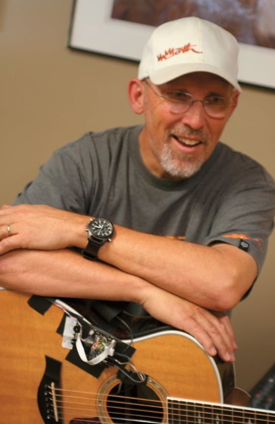Akustik-Pickup-Guru Lloyd Baggs mit Testgitarre.