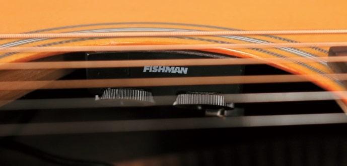 Im Schallloch eingebaute Kontrolleinheit des Fishman Infinity.