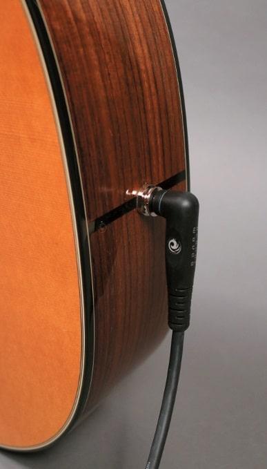 Die meisten Akustik-Pickup Systeme bieten einen Endpin- Jack, also die Kombination aus Ausgangsbuchse und Gurthalteknopf.