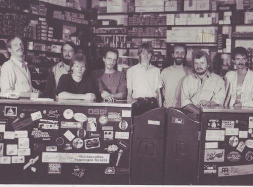 Schicke Männer mit Schnauzbärten prägten das Verkaufspersonal in den Achtzigern.