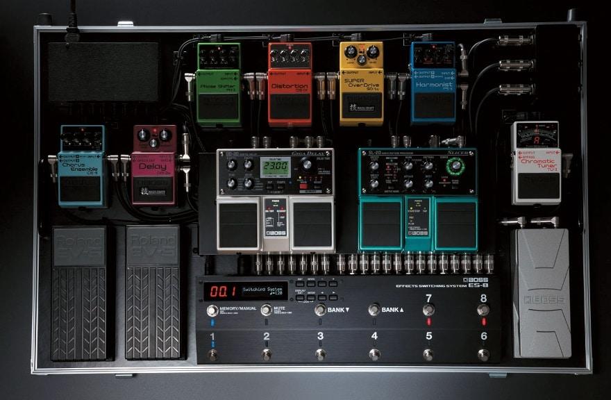 Mit programmierbaren Loopern wie z. B. dem Boss ES-8 lassen sich auch komplexe Pedalboards verwalten.