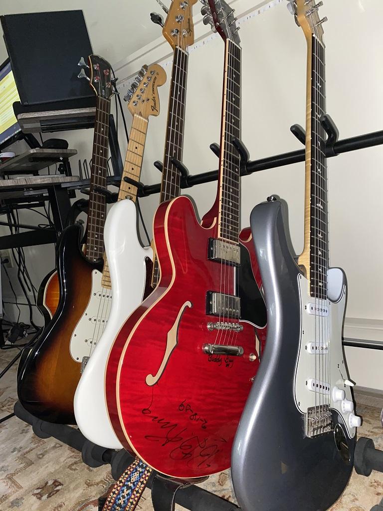 Quinn Sullivans Gitarrenarsenal besteht zu großen Teilen aus Fender-Instrumenten. Hauptsächlich verwendet er seine 2021 Fender American Stratocaster Professional II